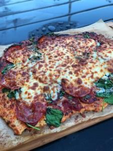 KNASENDE PIZZA MED CHORIZO OG SPINAT..